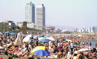 Minder strandbars en ligbedjes op de stranden van Barcelona
