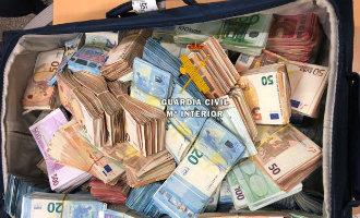 Koffers met 705.000 euro op het vliegveld