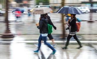 Jassen en paraplu's op de 40e mei in Spanje