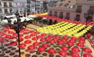 Spaanse vlag van paraplu's aan de Costa del Sol