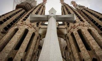 Het grote kruis van de Sagrada Familia is geplaatst