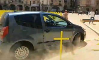 Gele separatisten kruisen omver gereden door autorijder op plein in Vic