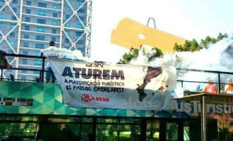 Anti-toerisme actie in toeristenbus Barcelona