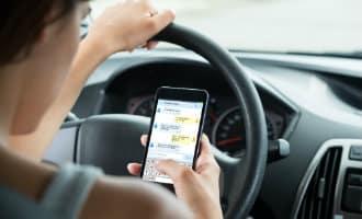 Autorijden en bellen tegelijk gaat 4 tot 6 rijbewijspunten kosten in Spanje