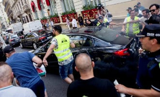 Taxichauffeurs vallen Cabify auto met daarin familie met kind aan in Barcelona