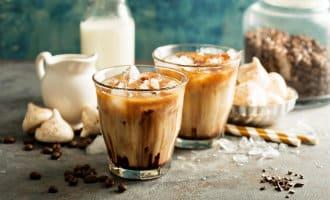 Koude koffie drinken in Spanje