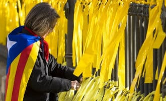 Separatist breekt neus van vrouw die gele lintjes weghaalde in Barcelona