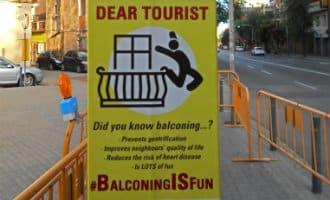 Toeristen in Barcelona: BalconingIsFun!