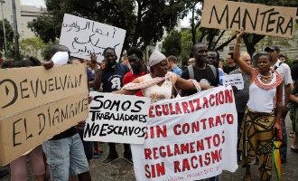 Afrikaanse straatverkopers spreken Amerikaan tegen