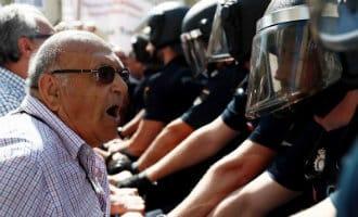 Spanningen tussen protesterende ouderen en oproerpolitie in Madrid