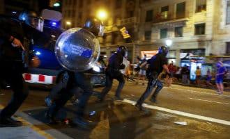 Catalaanse politie schiet foam-kogels en slaat met knuppels bij manifestaties Barcelona