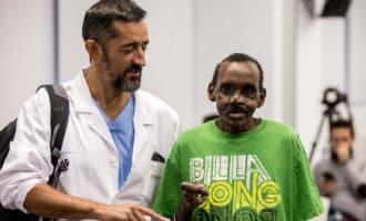 Spaanse chirurg herstelt gezicht en handen van door hyena aangevallen man