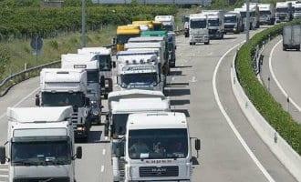 Langzaam-rijden actie op AP-7 en AP-2 snelwegen vanwege omleidingen vrachtverkeer