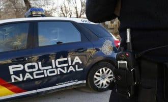 Politieagent redt tweejarige door moeder vergeten meisje in auto in Torremolinos