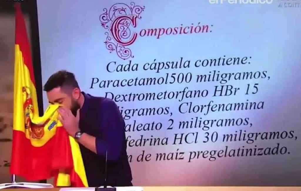 Komiek wordt bedreigd om neus snuiten in Spaanse vlag