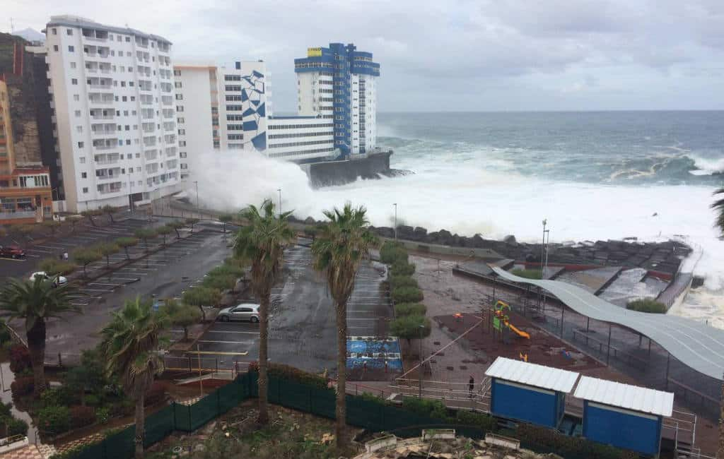 Hoge golven zorgen voor ontruiming flatgebouw Tenerife (video)
