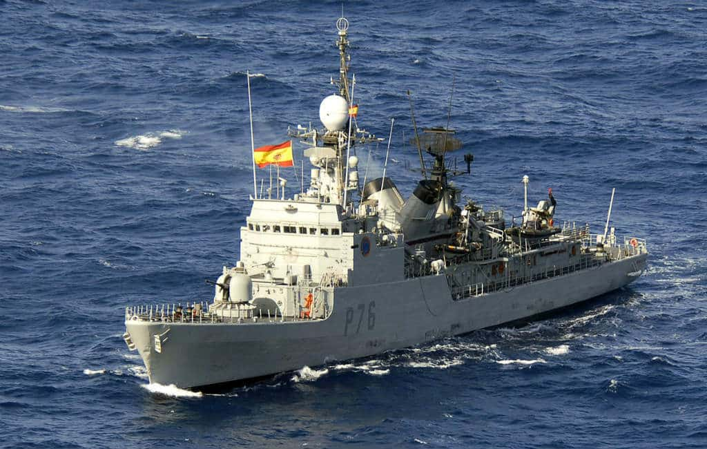 Spaans marineschip vaart voorbij Gibraltar met het Spaans volkslied via luidsprekers