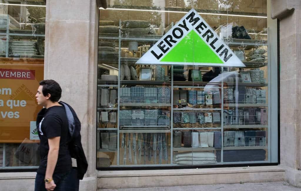 Opkomst van grote mega-winkels naar het centrum van de stad in Spanje