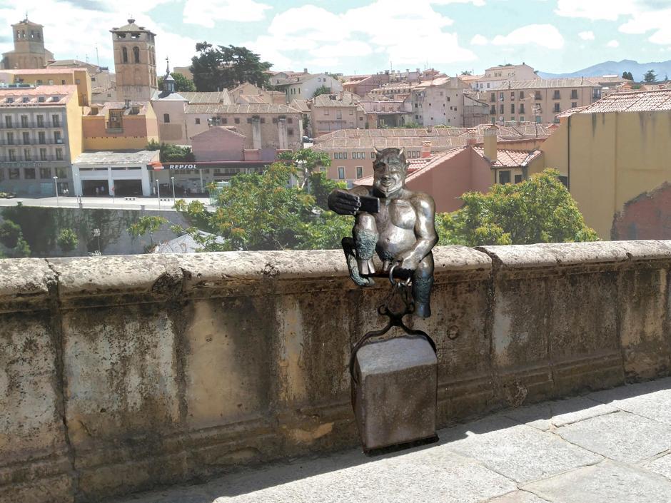 Selfie makende duivel zorgt voor verdeeldheid in Segovia