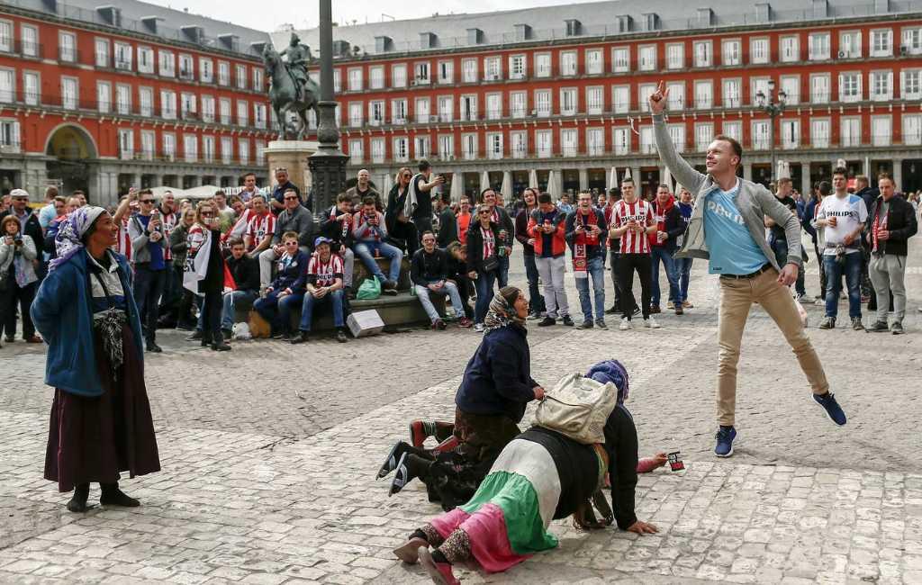 Celstraf van een jaar geëist tegen treiterende PSV-supporters in Madrid