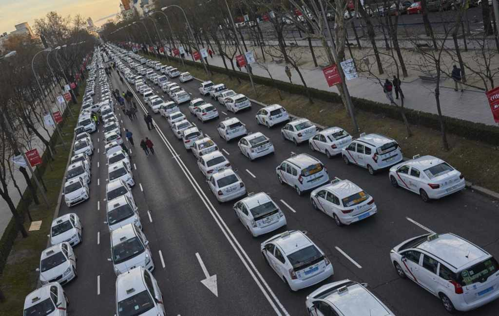 Ontruimde stakende taxichauffeurs Madrid verplaatsen actie naar kantoor PP