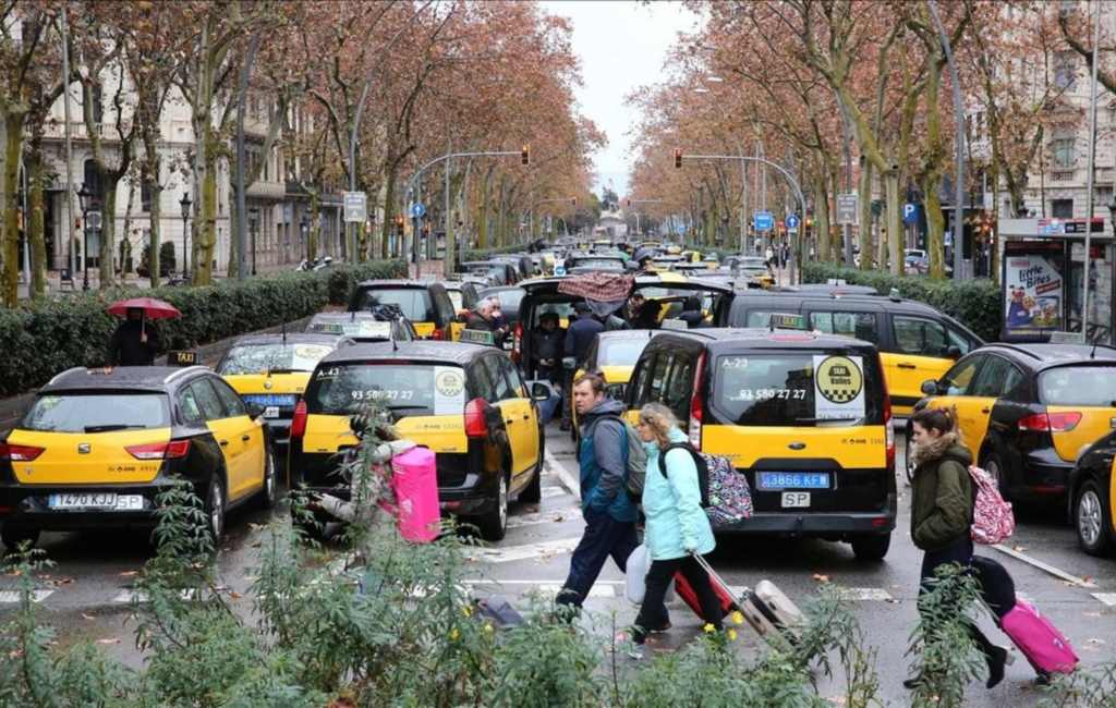 Chaos en problemen in Barcelona en Madrid door staking taxichauffeurs