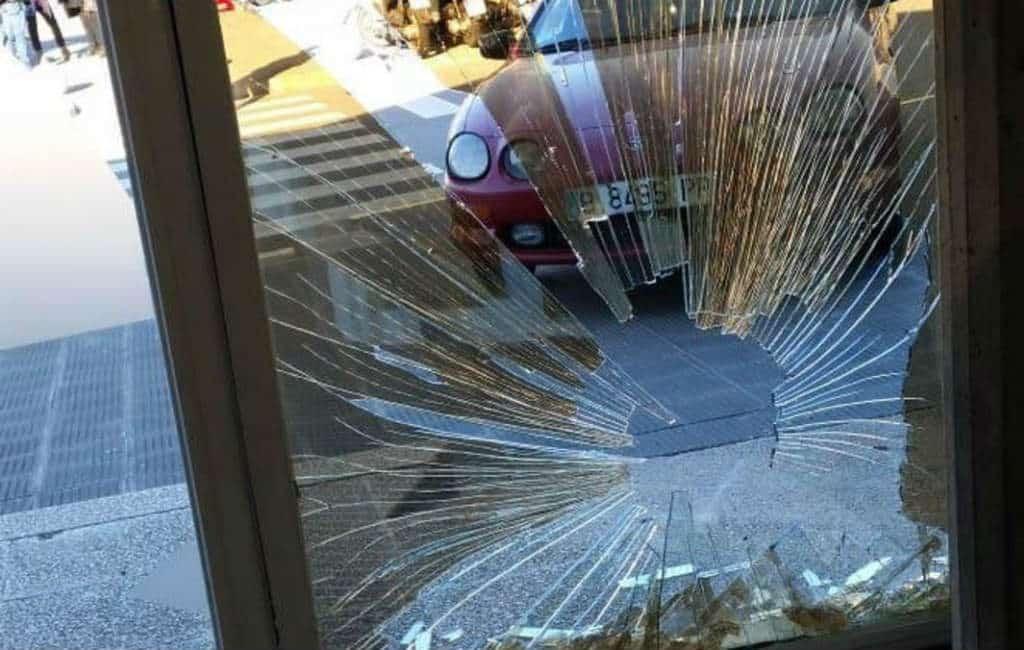 Man rijdt auto tegen voordeur Catalaanse tv-zender TV3 in Barcelona
