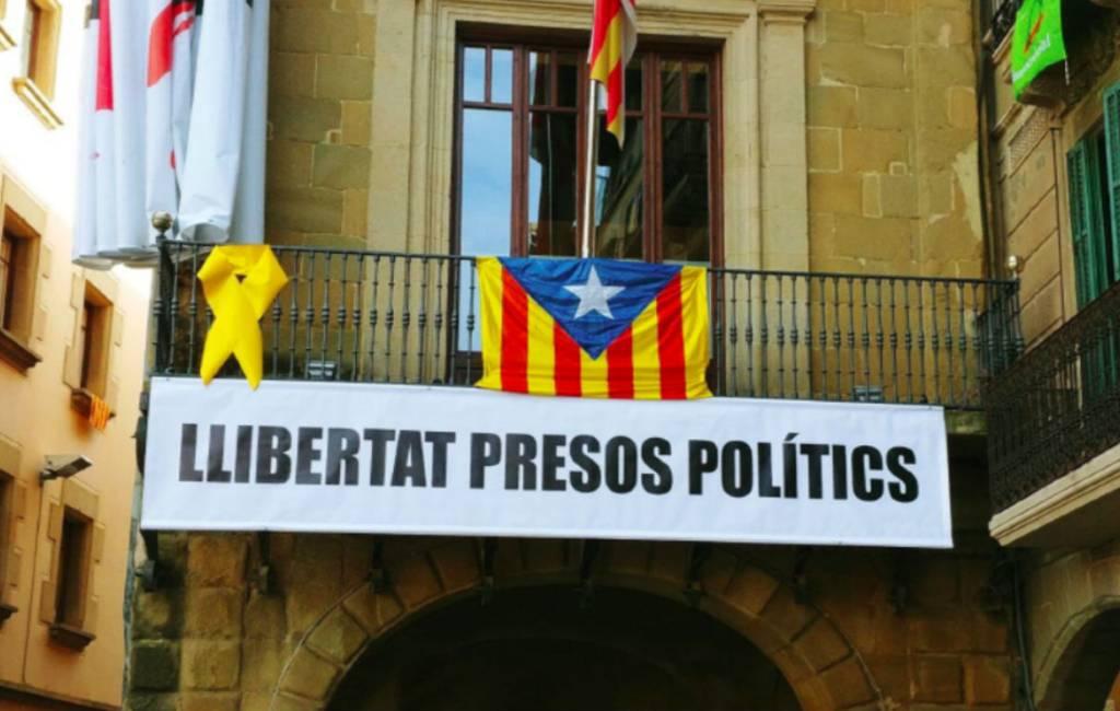 Ultimatum voor Catalaanse regiopremier vanwege gele lintjes en vlaggen