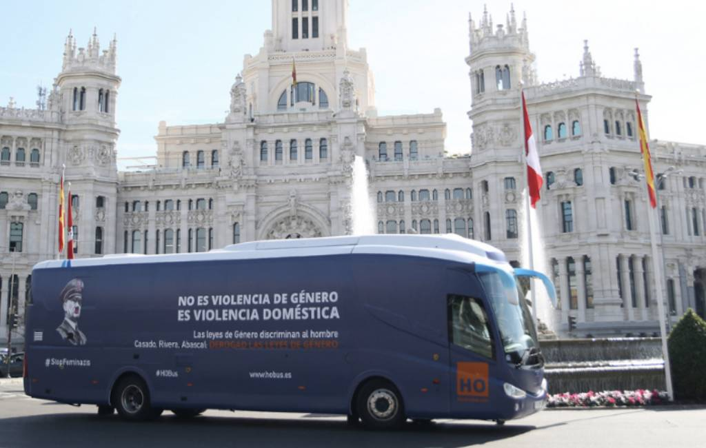 Hitler-bus als protest tegen de feminazis in Madrid