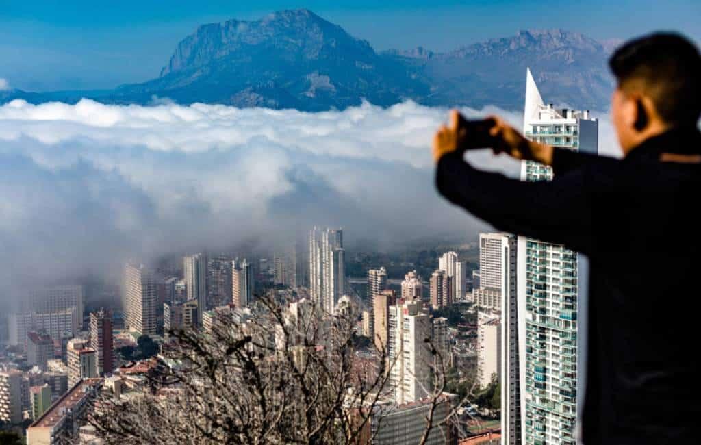 Benidorm bedekt door een tsunami van mist