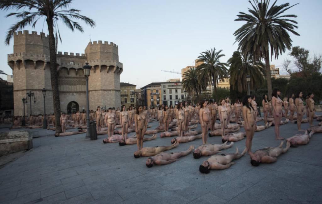 2.000 naakte mannen en vrouwen op de foto in Valencia