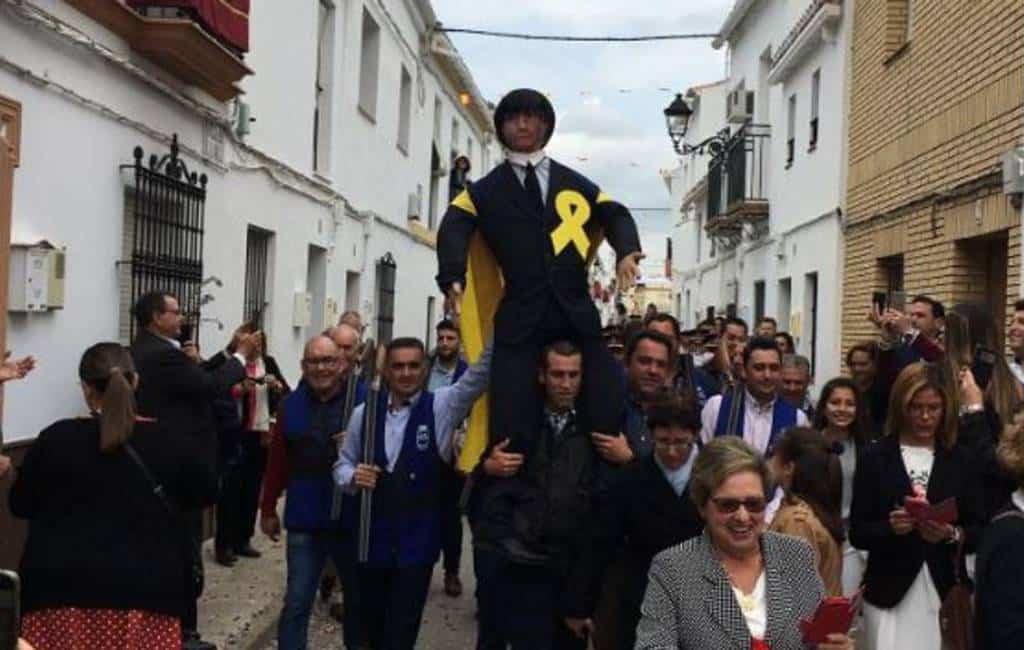 Pop van Puigdemont beschoten en verbrand als festiviteit in Sevilla