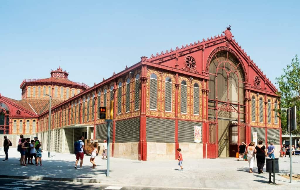 Groepen toeristen niet meer welkom in gerestaureerde markthal Barcelona