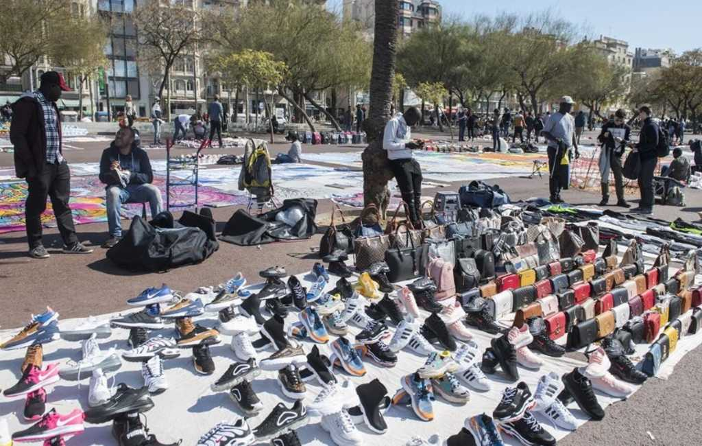 Meer plantenbakken en chiringuitos om straatverkoop tegen te gaan in Barcelona