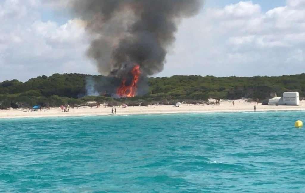 Strand op Mallorca ontruimd vanwege bosbrand