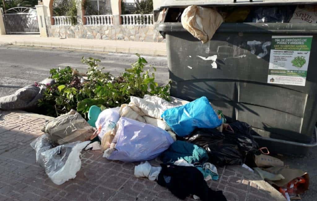 Orihuela Costa vol met toeristen en bergen met afval