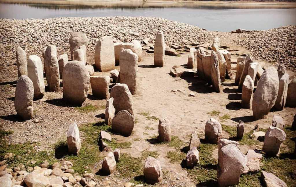 Droogte stuwmeer in Extremadura legt duizenden jaren oude dolmen bloot