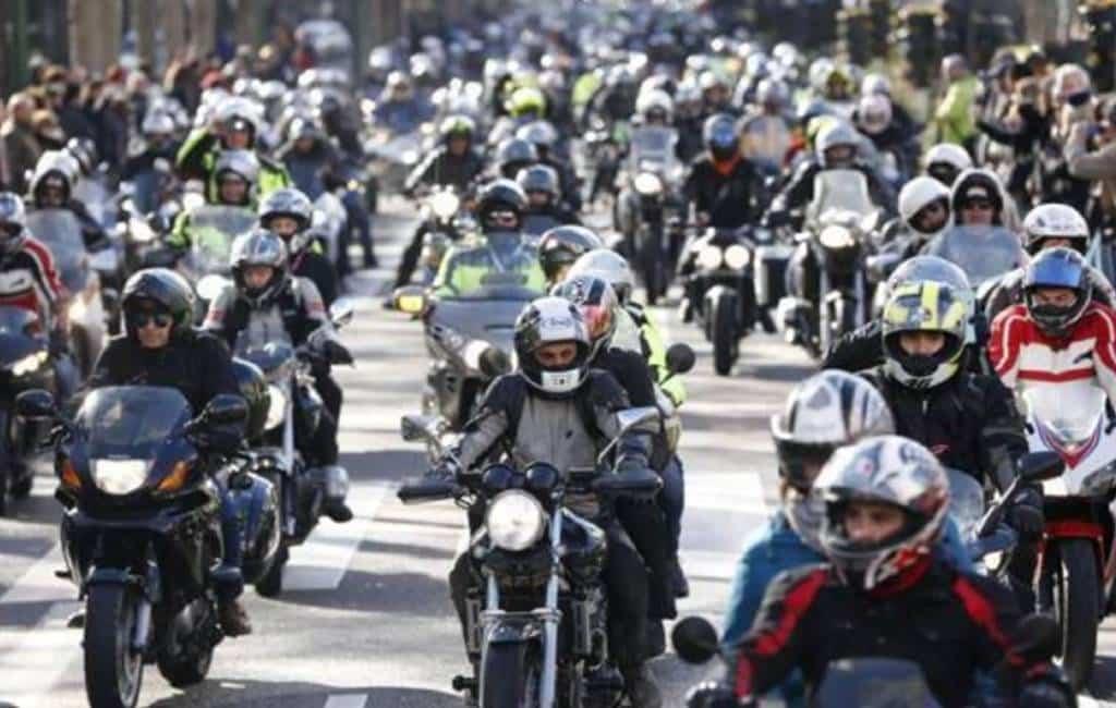 Motorrijders in Spanje protesteren tegen gevaarlijke vangrails en slecht wegdek