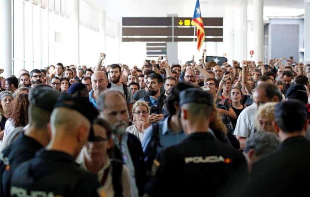Politieacties, geannuleerde vluchten en geblokkeerde snelwegen in Catalonië (LIVEBLOG)