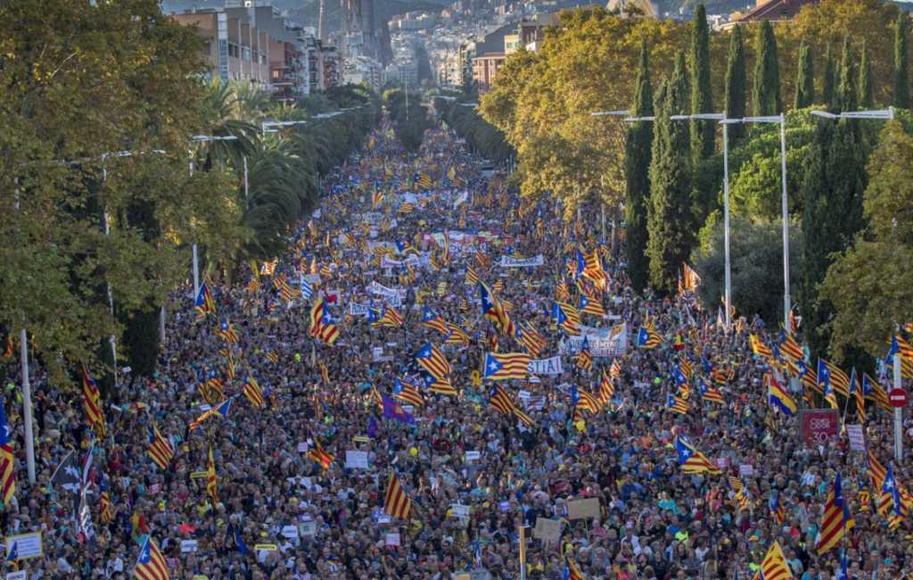 350.000 manifestanten, rellen en politiecharges op zaterdag in Barcelona