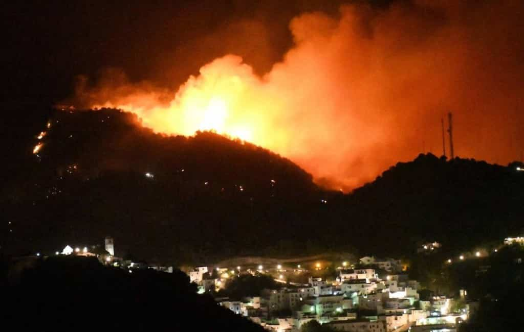 Grote bosbrand op de grens van 'witte' bergdorp Casares in Málaga