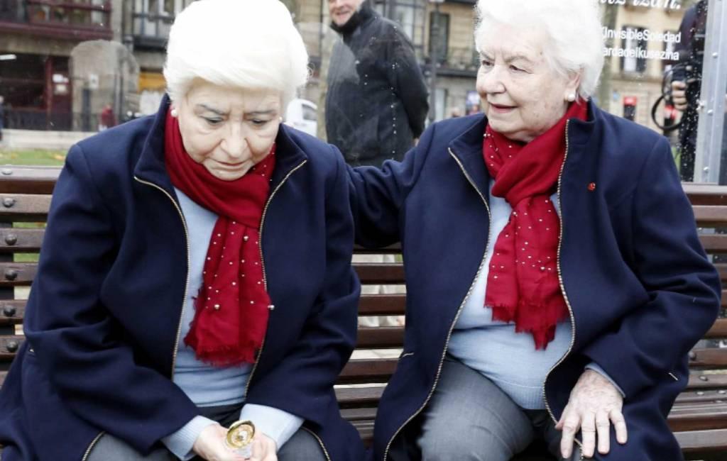 Eenzame oudere vrouw op bankje in Bilbao is niet echt