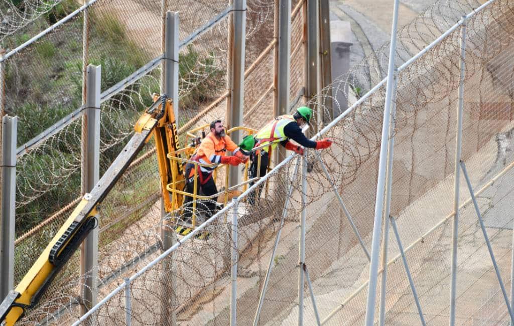 Scheermesjesdraad in Ceuta en Melilla wordt weggehaald