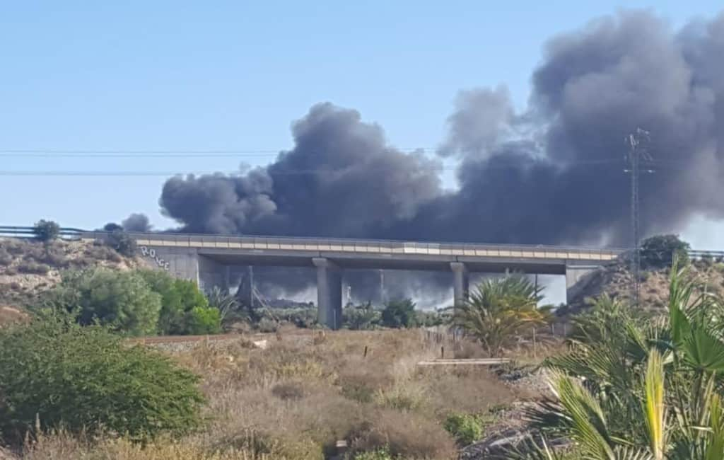 Grote brand naast de N-340 en nabij vliegveld Alicante-Elche