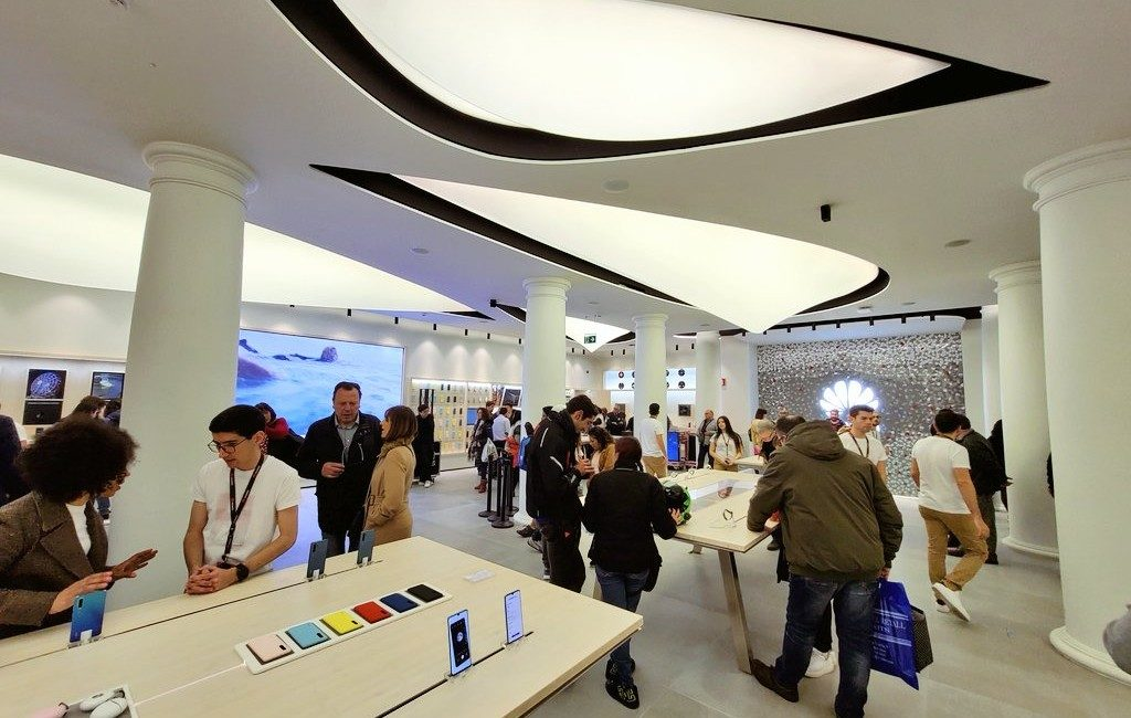 Huawei opent winkel naast de Apple Store in Barcelona