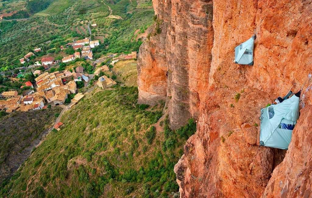 Slapen tegen een rotswand in Aragón