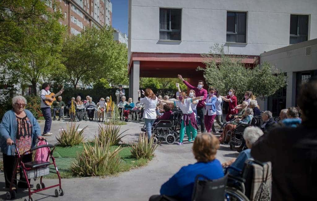 Verzorgers en bewoners bejaardenhuis in Sevilla vieren feest tijdens noodtoestand