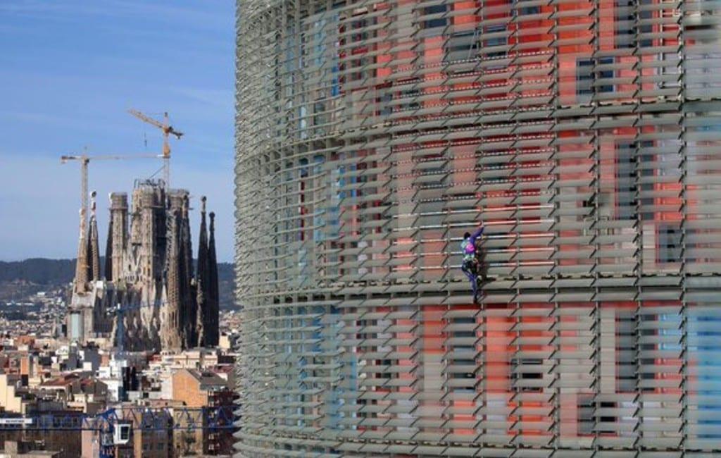 Franse 'Spiderman' beklimt de Torre Glòries in Barcelona