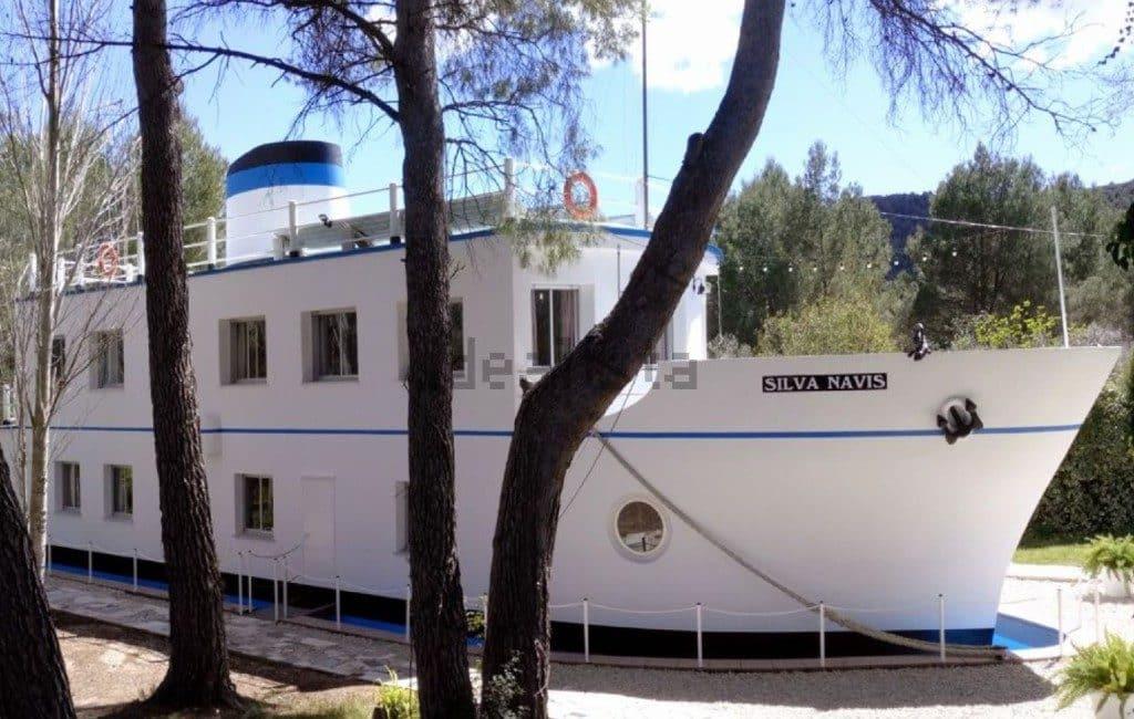 Te koop een boot tussen de bomen in Valencia