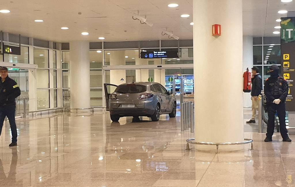 Twee mannen rijden met auto T1 terminal Barcelona vliegveld binnen